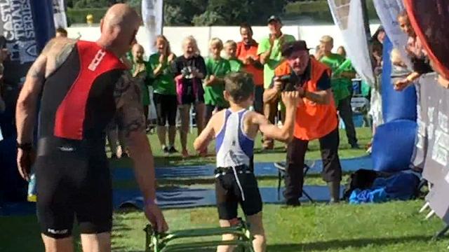 Garoto de 8 anos com paralisia cerebral termina triatlo e emociona público