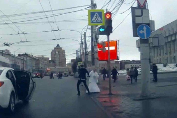 Enquanto isso na Rússia: casal de recém casados brigam em plena rua