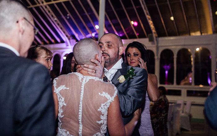 Noiva raspa a cabeça em seu casamento para apoiar seu noivo doente terminal