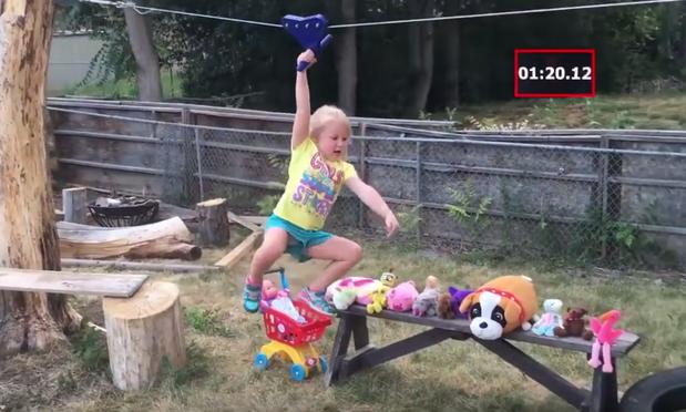 Menia de 5 anos supera obstáculos em um percurso American Ninja Warrior caseiro