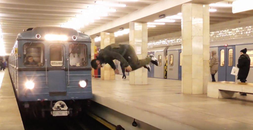 Russo maluco dá um mortal na frente de um trem em Moscou