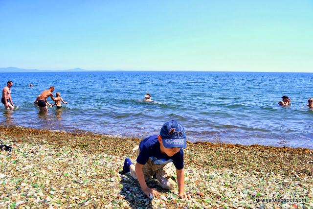 Natureza transforma a poluição humana em uma deslumbrante praia de vidro
