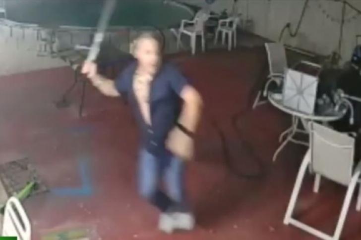 Maluco com facão coloca ladrões armados com escopeta para correr