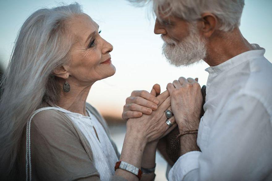 Fotógrafa russa registra casal na melhor idade para mostrar que o amor pode sim transcender o tempo