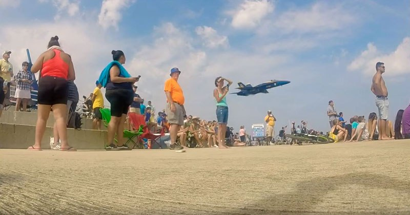 Membro do Blue Angels assusta multidão com voo rasante surpresa