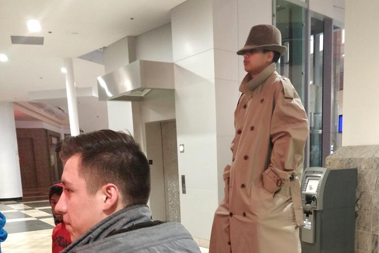 Garotos tentam o truque do homem alto com sobretudo para conseguir um 2x1 no cinema