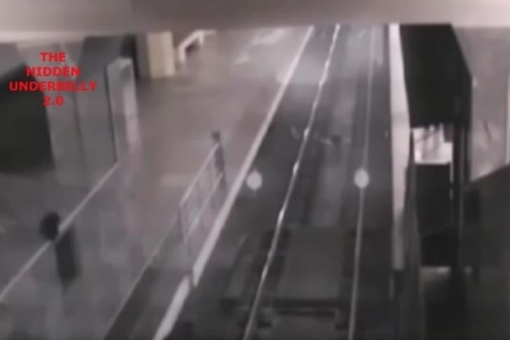 Este é o vídeo do suposto trem fantasma que recolhe passageiros em uma estação