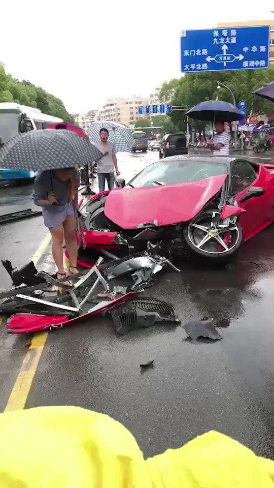 Chinesa destrói uma Ferrari logo depois de alugá-la