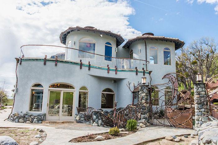 Por fora parece uma casa como qualquer outra e ela pode ser sua por apenas 29 milhões de reais