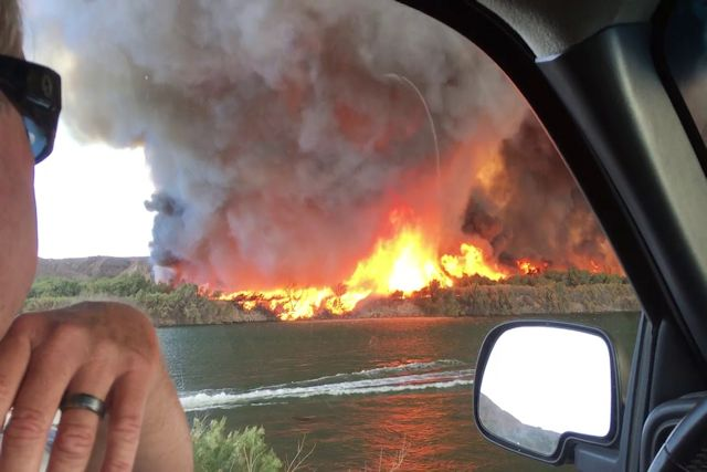 Registram um impressionante tornado de fogo durante um incêndio florestal na Califórnia