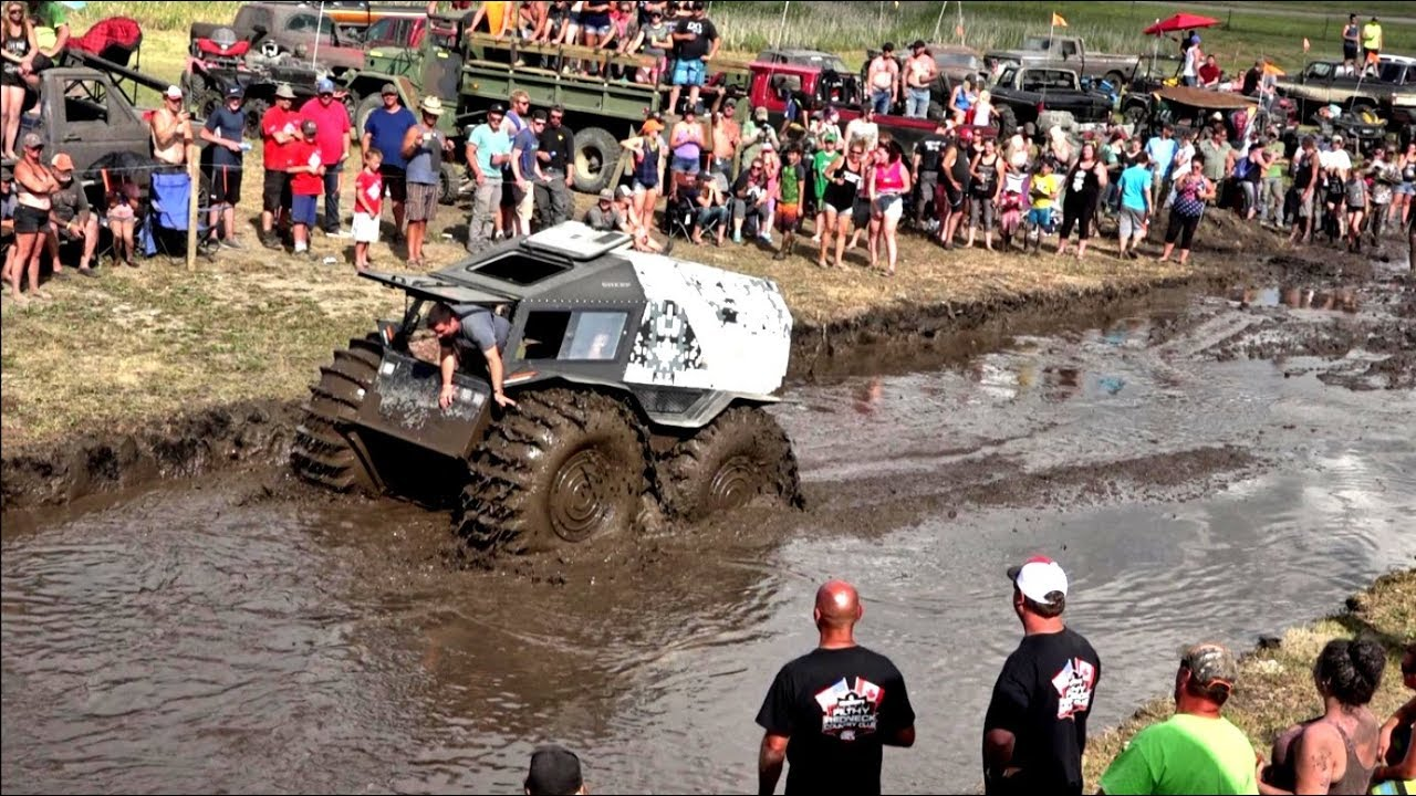 Fora de estrada russo arrasa em um concurso de «monster trucks»