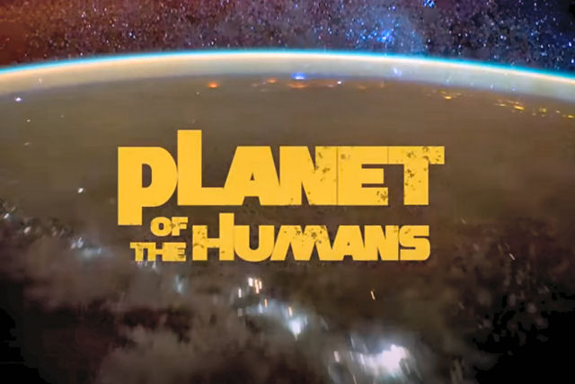 Sem poder lançar 'Planeta de Humanos' no cinema, Michael Moore postou o documentário no Youtube