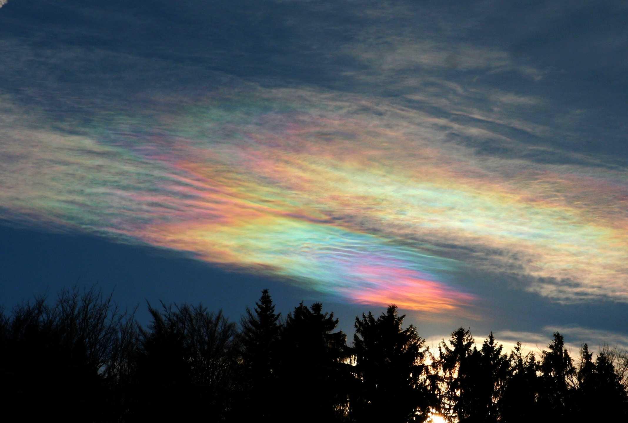 Nuvem cor de algodão-doce paira sobre uma paisagem em meio a uma tempestade