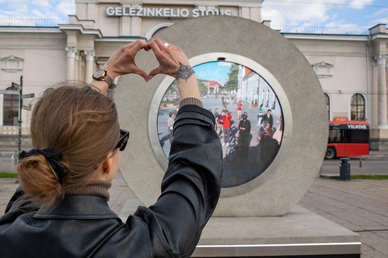 Portais erguidos nas ruas de Vilnius e Lublin conectam os transeuntes em tempo real
