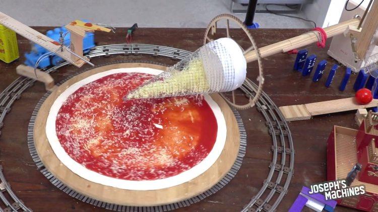 Uma máquina inteligente de fazer pizza movida por um trem de brinquedo