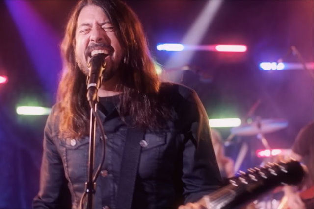 Foo Fighters se tornam Dee Gees ao tocar a clássica disco 'You Should Be Dancing'