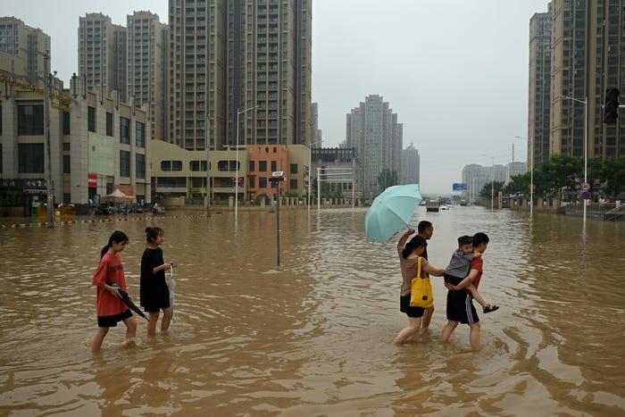 Drone captura as inundações históricas na 'cidade do iPhone', na China