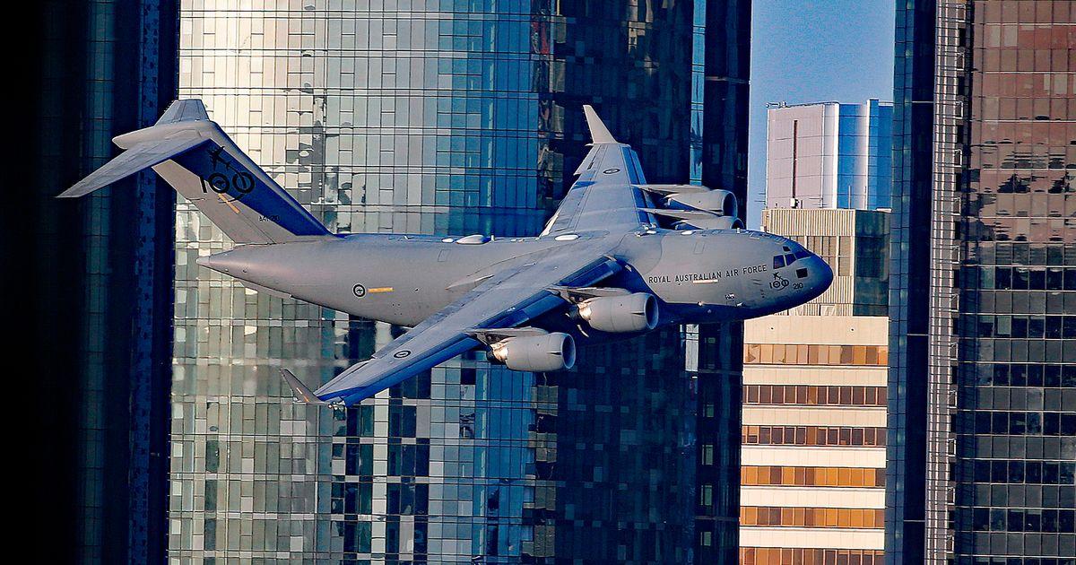 Gigantesco Boeing C-17 voa entre os prédios de Brisbane deixando atônitos alguns habitantes