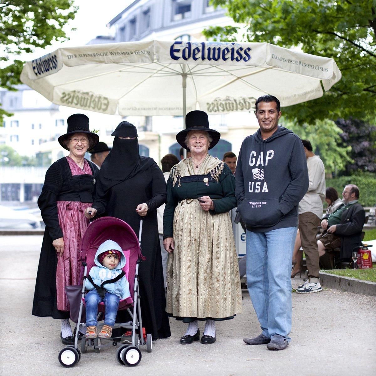 Turistas do Oriente Médio invadem cidade idílica alpina para escapar do calor do verão escaldante 08