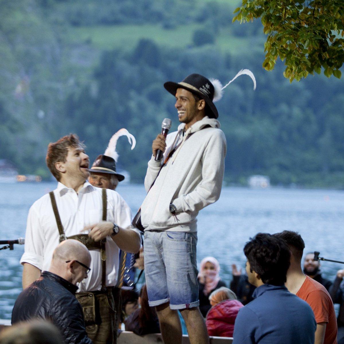 Turistas do Oriente Médio invadem cidade idílica alpina para escapar do calor do verão escaldante 09