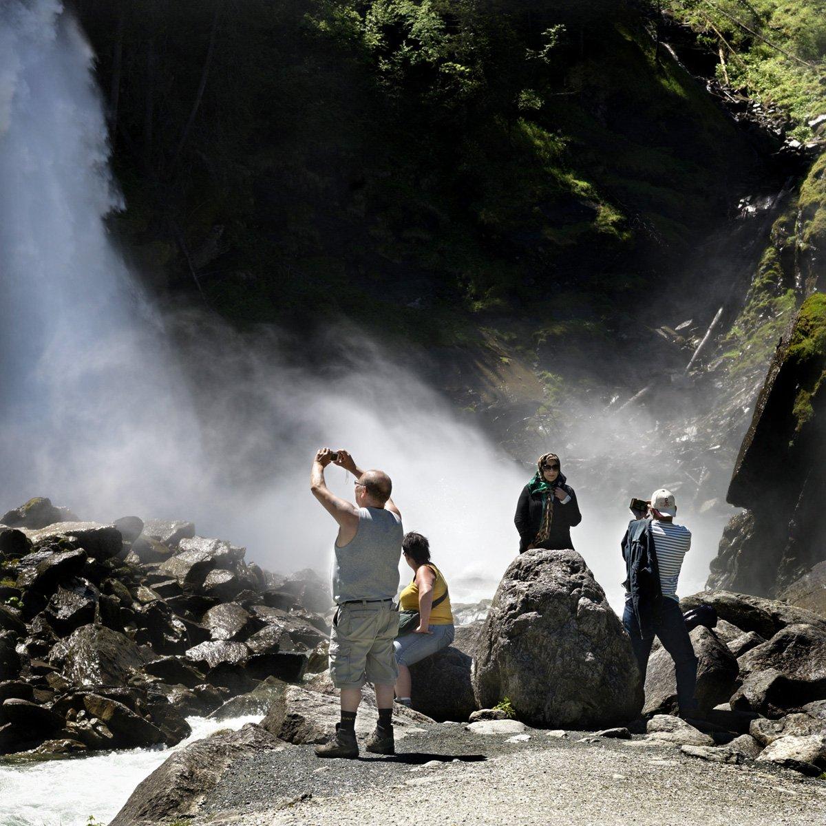 Turistas do Oriente Médio invadem cidade idílica alpina para escapar do calor do verão escaldante 13