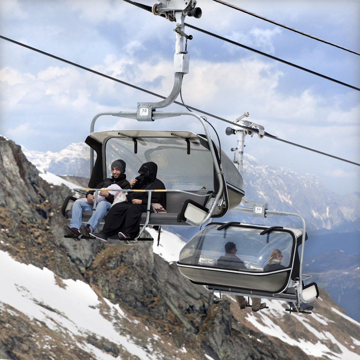 Turistas do Oriente Médio invadem cidade idílica alpina para escapar do calor do verão escaldante 15