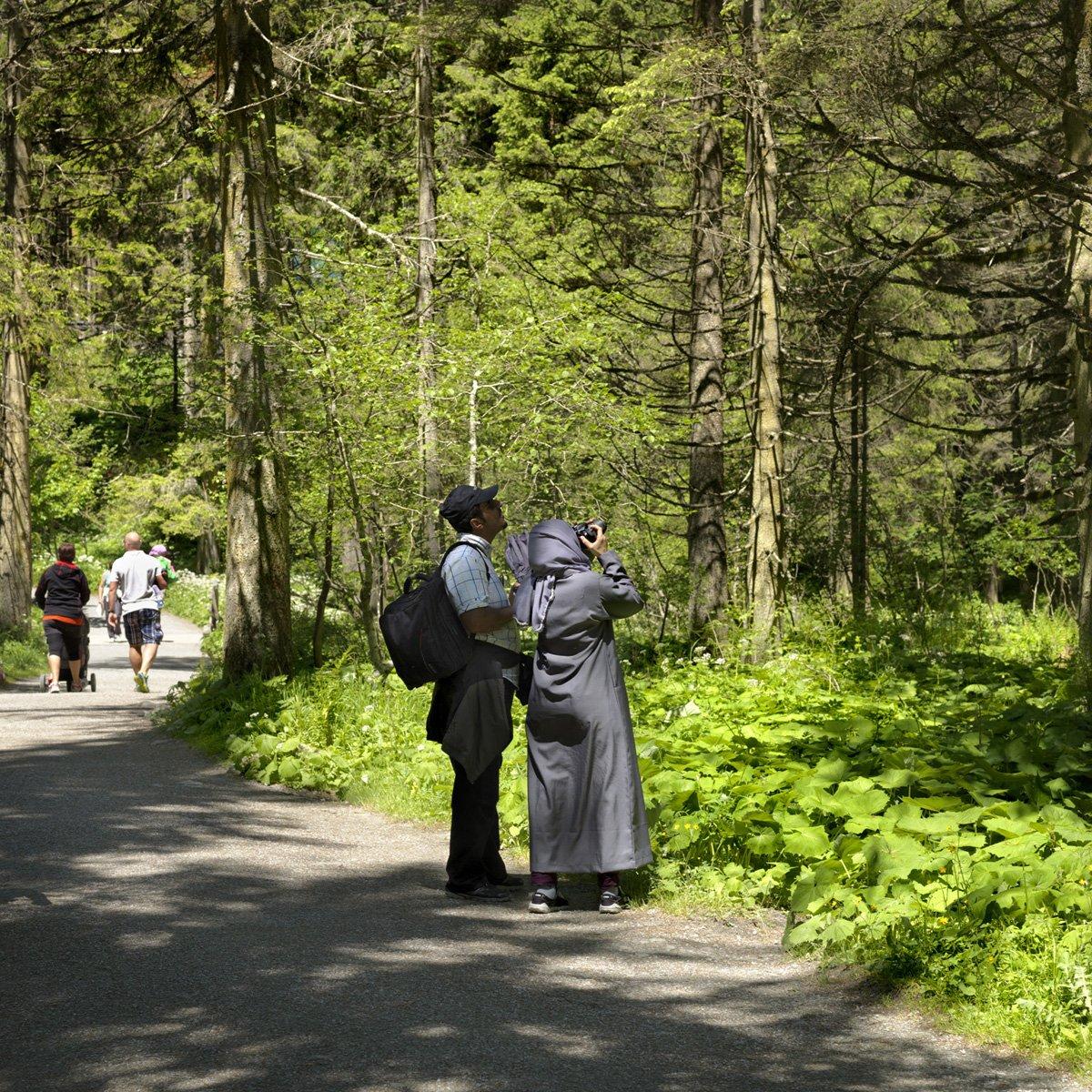 Turistas do Oriente Médio invadem cidade idílica alpina para escapar do calor do verão escaldante 18