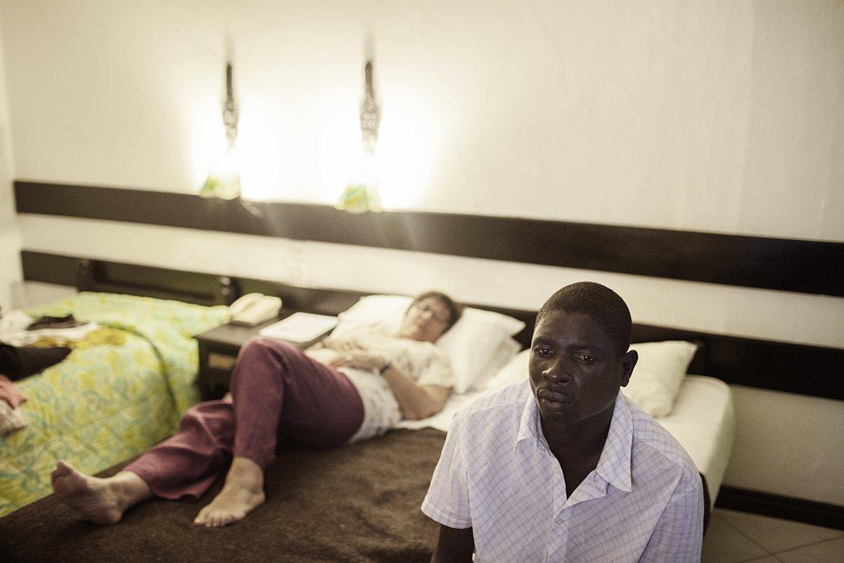 Europeias idosas ricas estão contratando amantes no Quênia 10