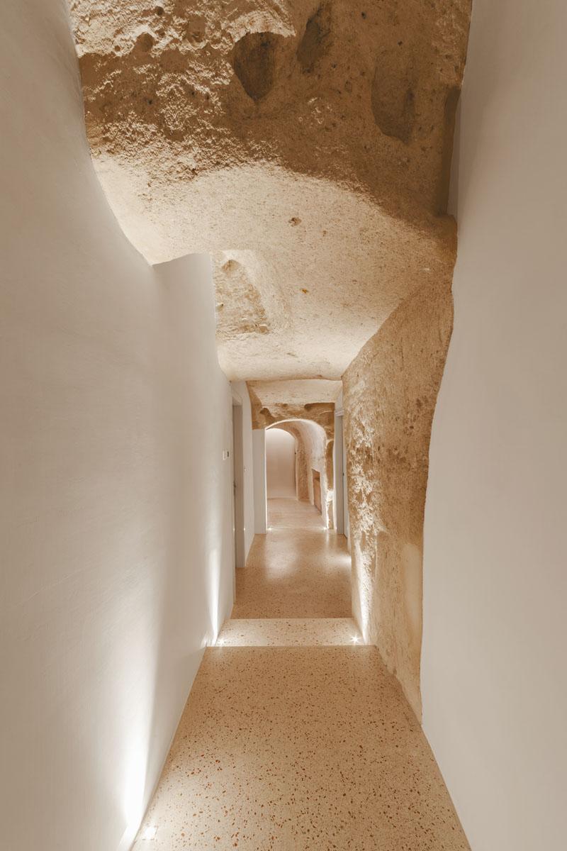 Arquitetos italianos transformam antiga caverna em um oásis moderno 06