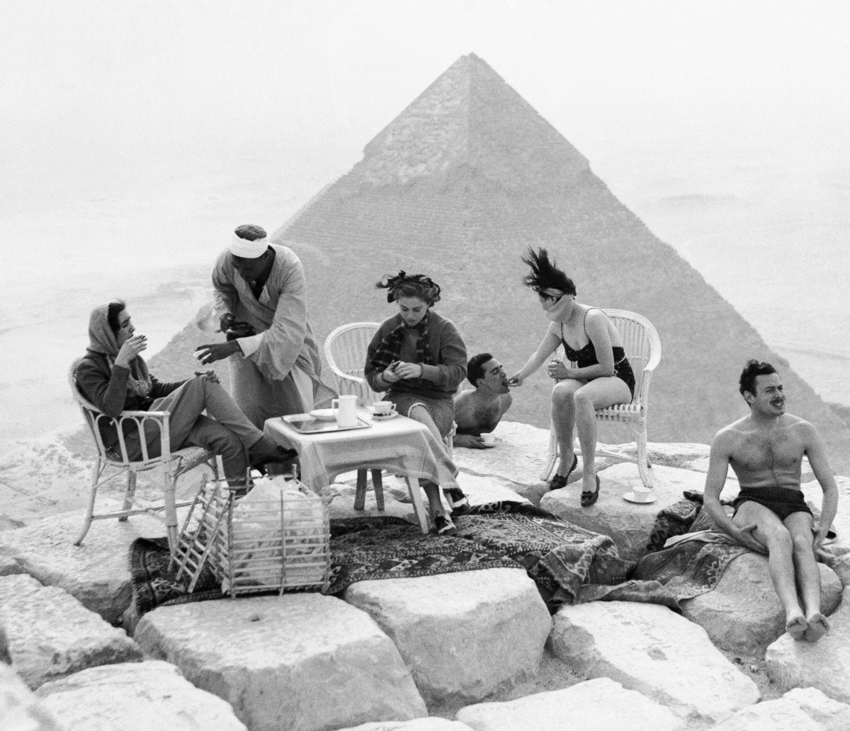 Os primeiros turistas subiram ao topo das pirâmides do Egito em vestidos chiques e ternos 01