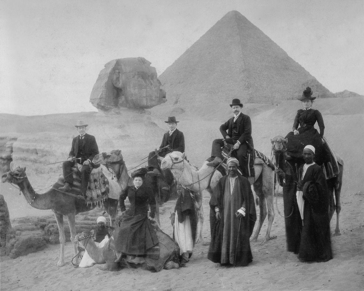 Os primeiros turistas subiram ao topo das pirâmides do Egito em vestidos chiques e ternos 02