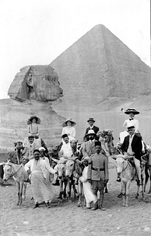 Os primeiros turistas subiram ao topo das pirâmides do Egito em vestidos chiques e ternos 03