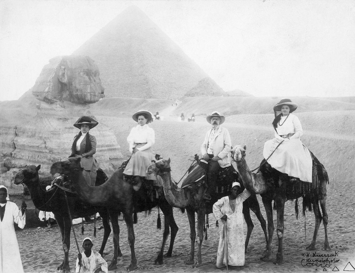 Os primeiros turistas subiram ao topo das pirâmides do Egito em vestidos chiques e ternos 04