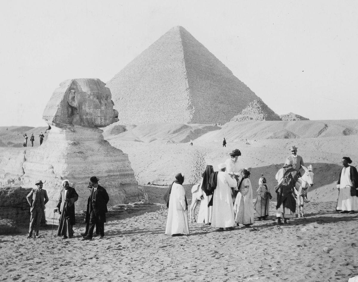 Os primeiros turistas subiram ao topo das pirâmides do Egito em vestidos chiques e ternos 05
