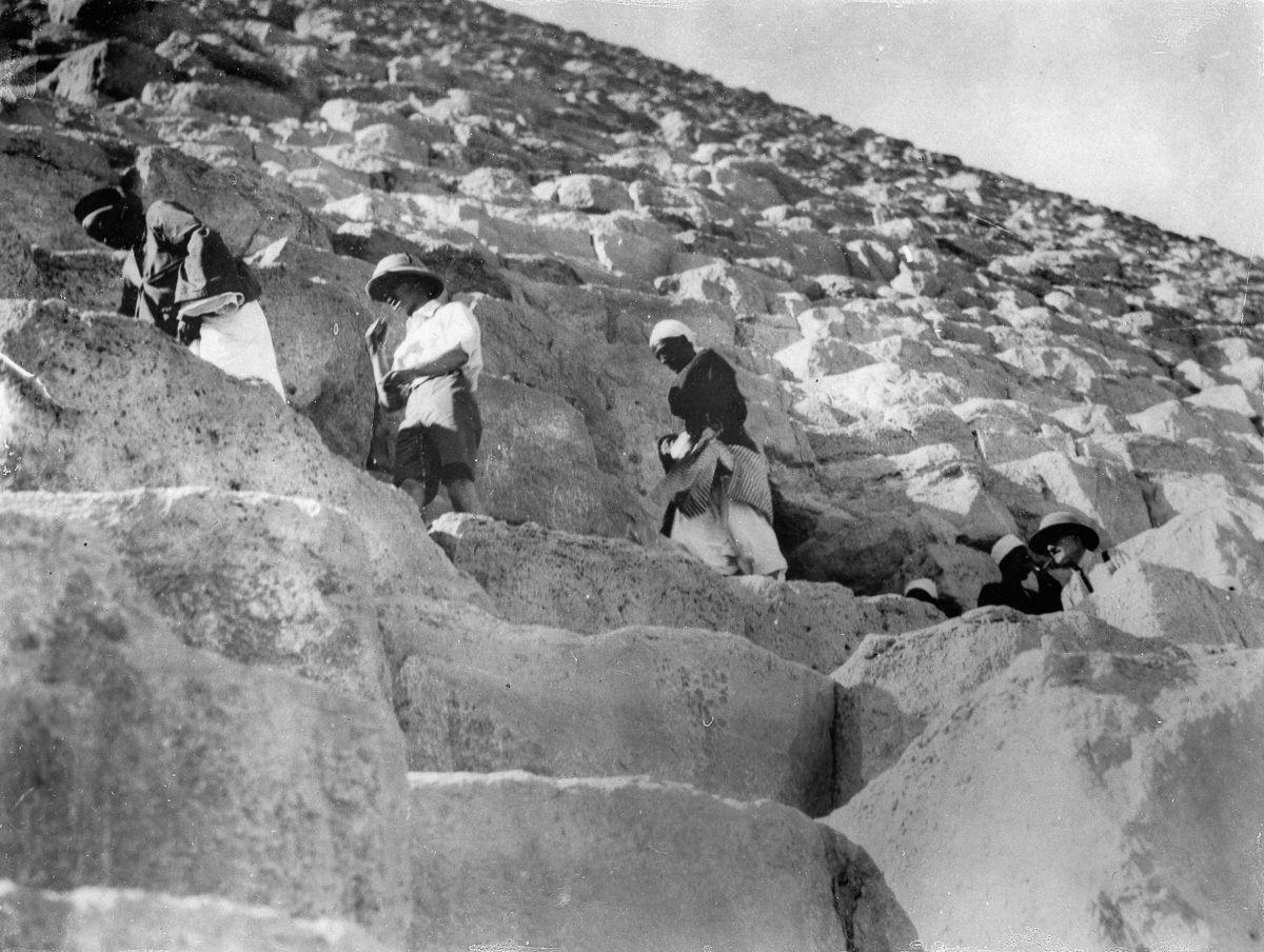 Os primeiros turistas subiram ao topo das pirâmides do Egito em vestidos chiques e ternos 06