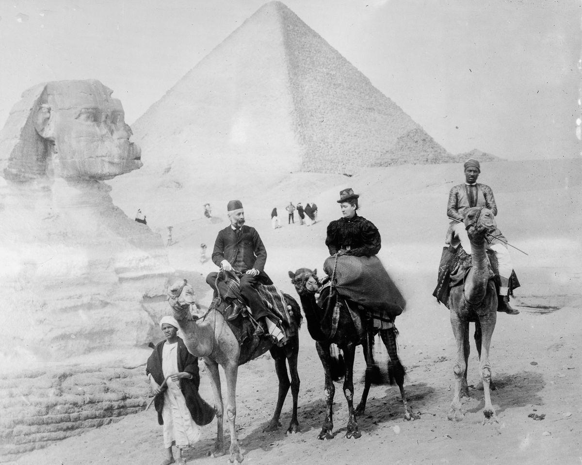 Os primeiros turistas subiram ao topo das pirâmides do Egito em vestidos chiques e ternos 07