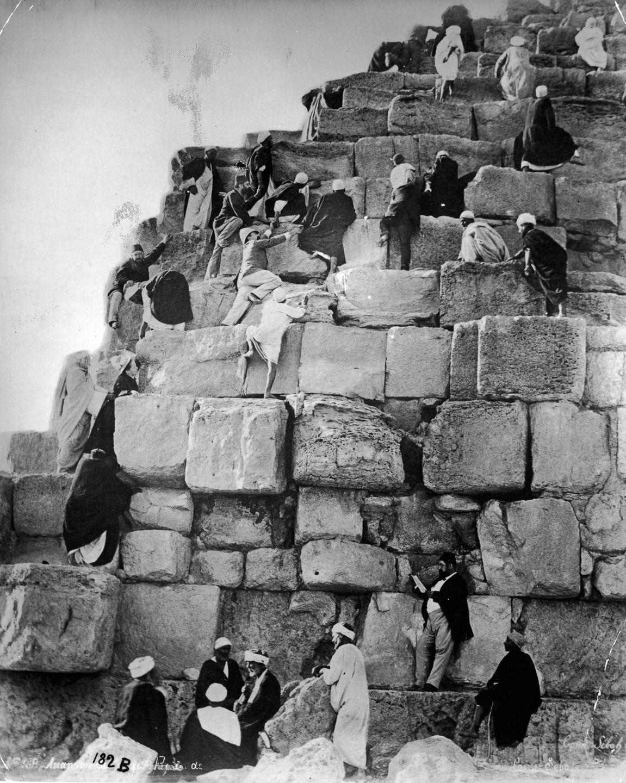 Os primeiros turistas subiram ao topo das pirâmides do Egito em vestidos chiques e ternos 08