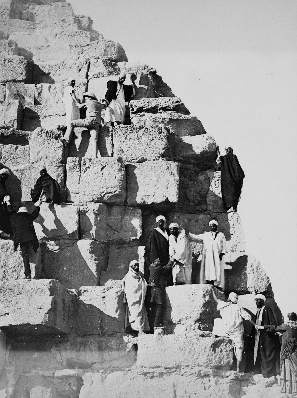 Os primeiros turistas subiram ao topo das pirâmides do Egito em vestidos chiques e ternos 09