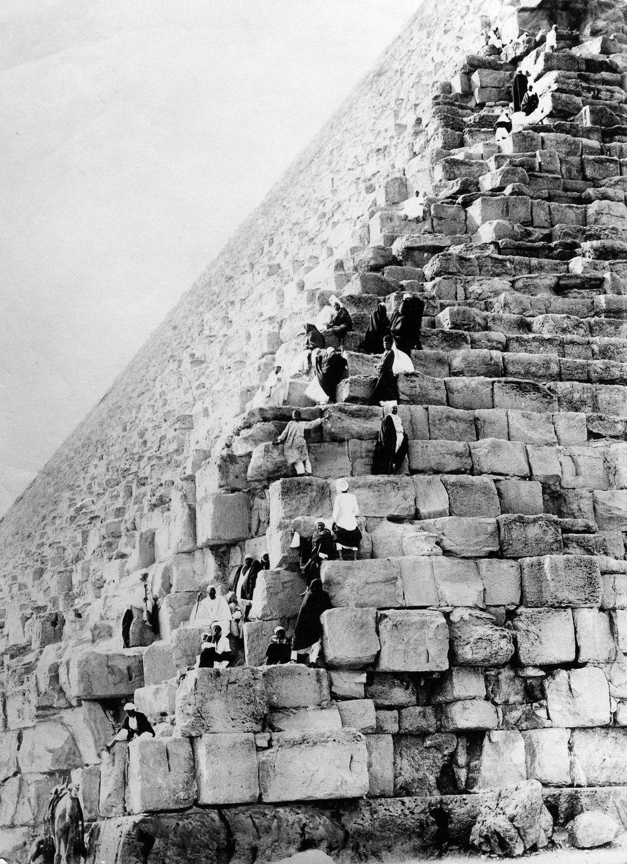 Os primeiros turistas subiram ao topo das pirâmides do Egito em vestidos chiques e ternos 10