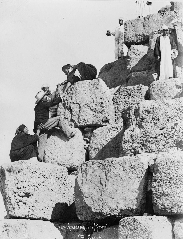 Os primeiros turistas subiram ao topo das pirâmides do Egito em vestidos chiques e ternos 11