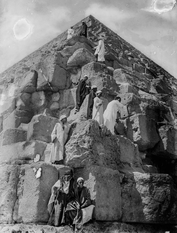Os primeiros turistas subiram ao topo das pirâmides do Egito em vestidos chiques e ternos 12