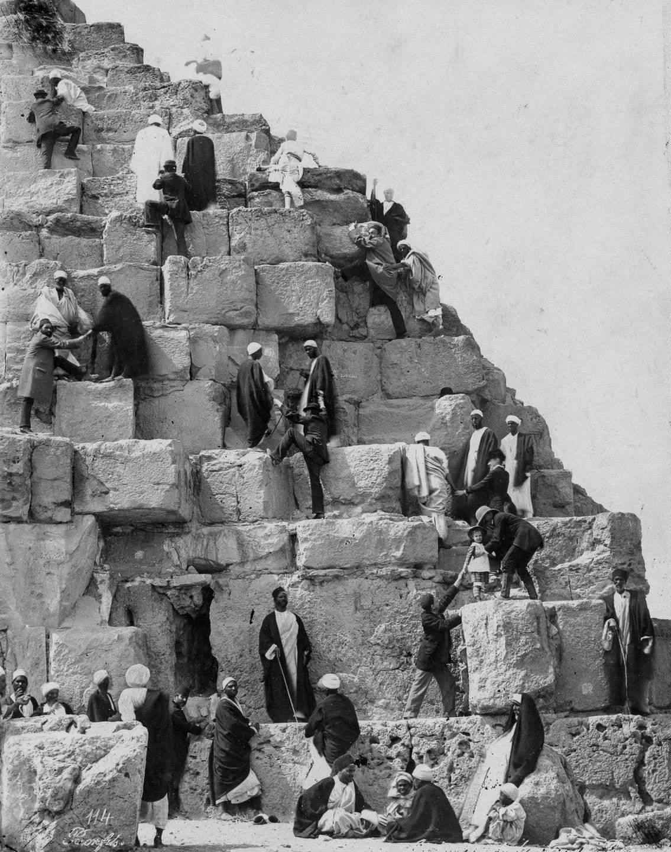 Os primeiros turistas subiram ao topo das pirâmides do Egito em vestidos chiques e ternos 13
