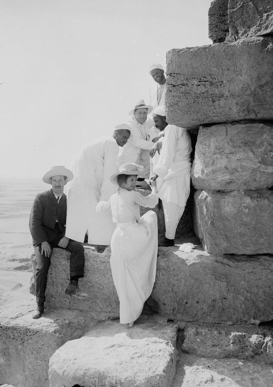 Os primeiros turistas subiram ao topo das pirâmides do Egito em vestidos chiques e ternos 14