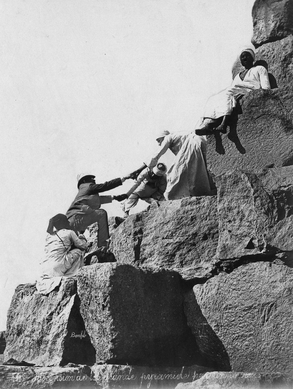Os primeiros turistas subiram ao topo das pirâmides do Egito em vestidos chiques e ternos 15