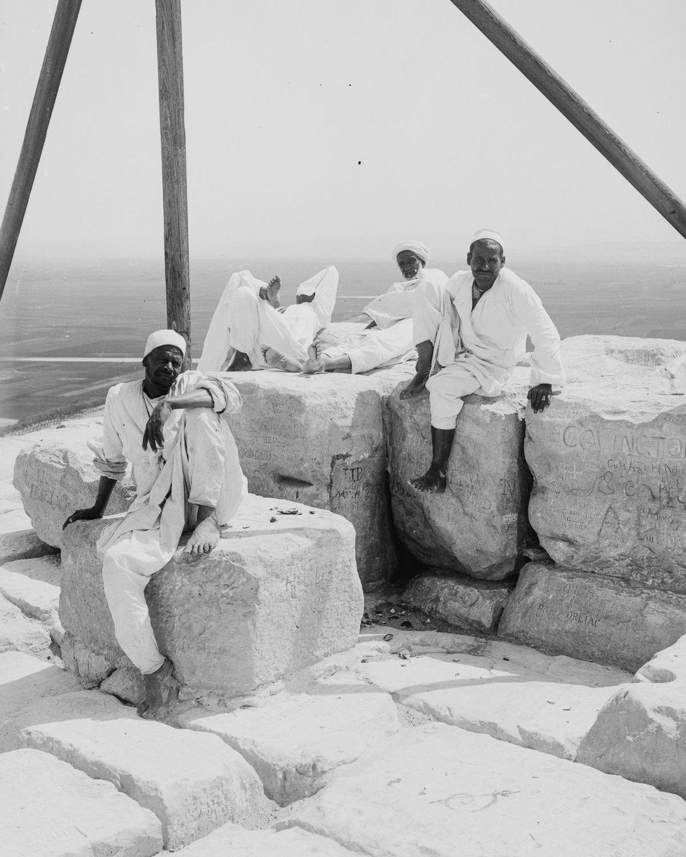 Os primeiros turistas subiram ao topo das pirâmides do Egito em vestidos chiques e ternos 16