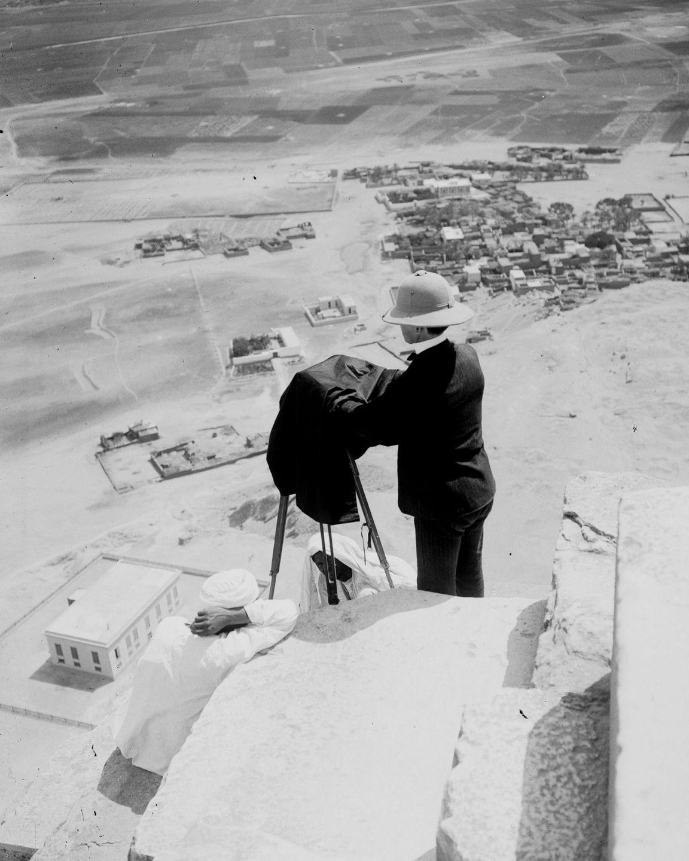 Os primeiros turistas subiram ao topo das pirâmides do Egito em vestidos chiques e ternos 17