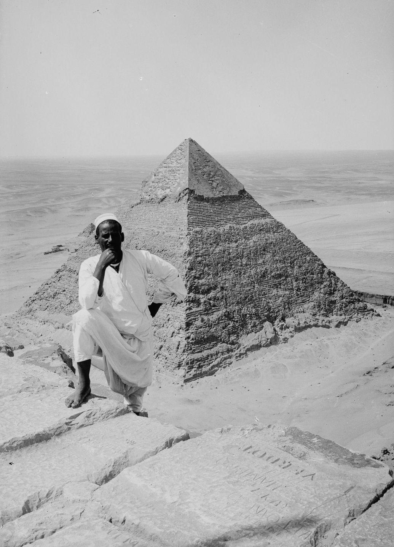 Os primeiros turistas subiram ao topo das pirâmides do Egito em vestidos chiques e ternos 18