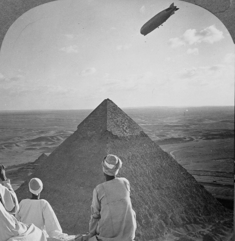 Os primeiros turistas subiram ao topo das pirâmides do Egito em vestidos chiques e ternos 19