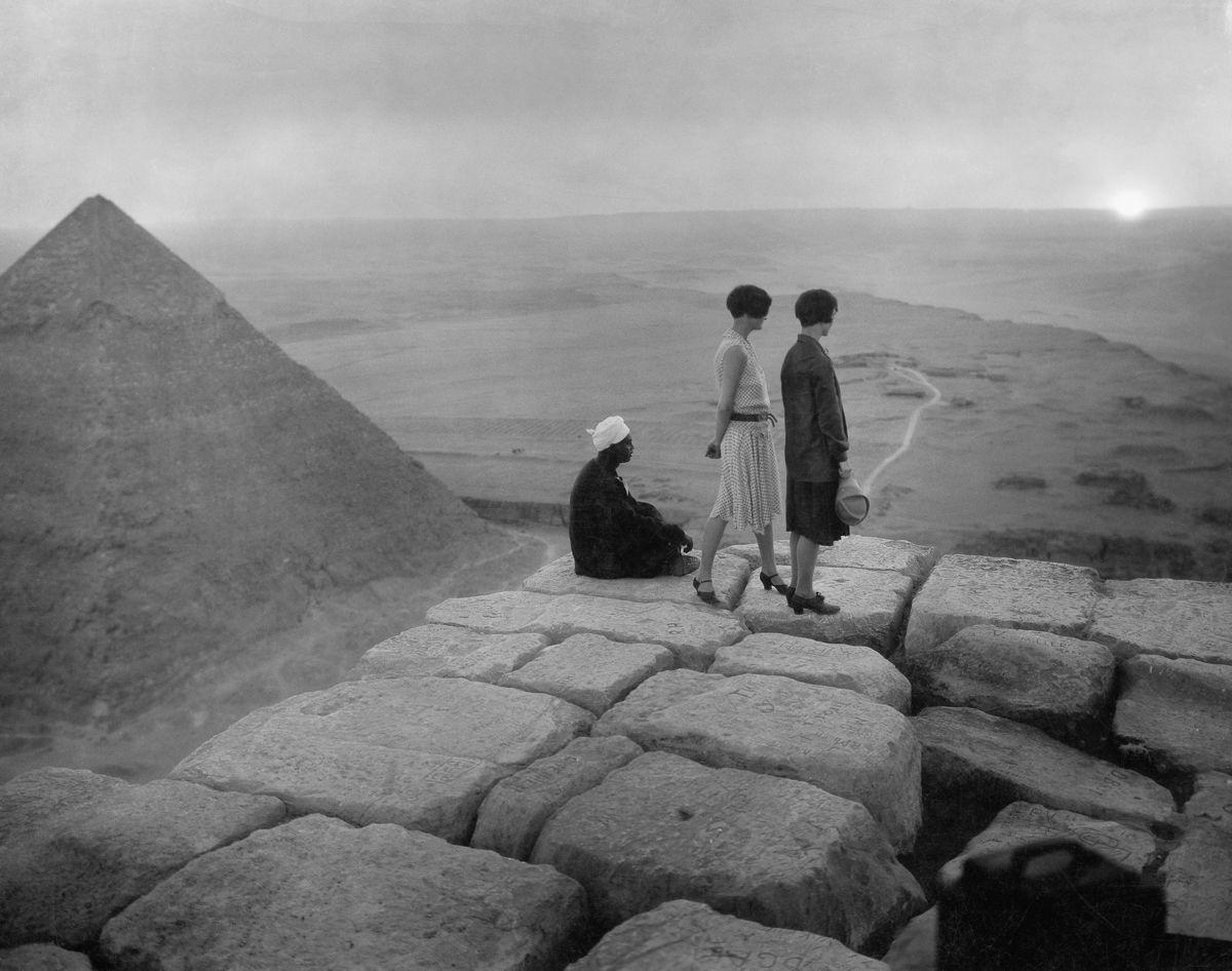 Os primeiros turistas subiram ao topo das pirâmides do Egito em vestidos chiques e ternos 20