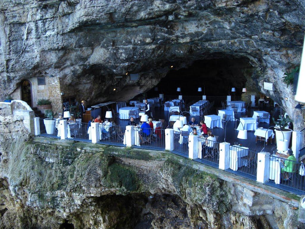 Neste restaurante construído dentro de uma gruta italiana é possível ceiar com vistas espetaculares 11
